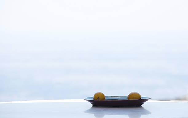 Two lemons on a plate:スマホ壁紙(壁紙.com)