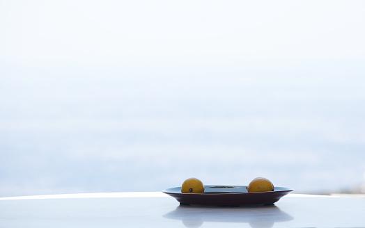 Clean「Two lemons on a plate」:スマホ壁紙(16)