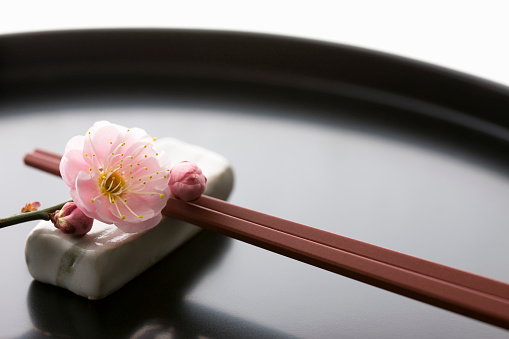 梅の花「Chopsticks and a plum blossom on a tray」:スマホ壁紙(16)