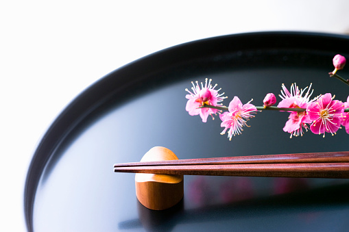 梅の花「Chopsticks and a plum blossom on a tray」:スマホ壁紙(11)