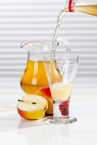 Apple Juice「Apple juice being poured into glass besides apples and pitcher」:スマホ壁紙(10)