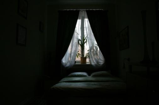 Curtain「Window by bed in bedroom」:スマホ壁紙(5)
