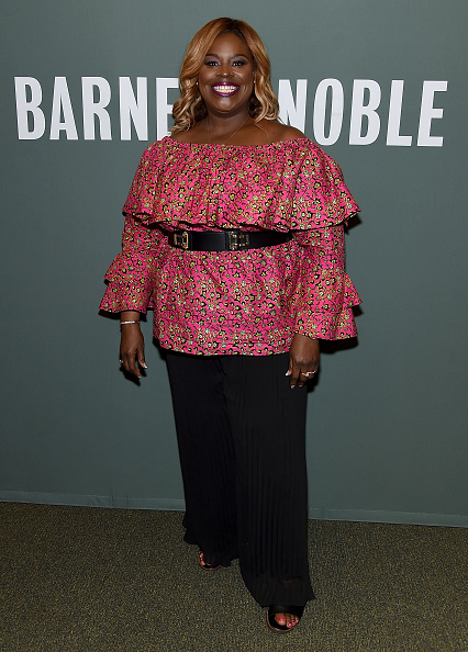 """Ruffled Shirt「Retta Signs Copies Of Her New Book """"So Close To Being The Sh*T Y'all Don't Even Know""""」:写真・画像(2)[壁紙.com]"""