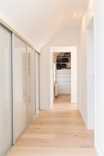 Clothing「Corridor of an apartment with built-in wardrobe」:スマホ壁紙(2)