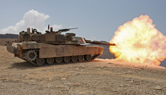 Military Land Vehicle「Marines bombard through a live fire range using M1A1 Abrams tanks.」:スマホ壁紙(19)