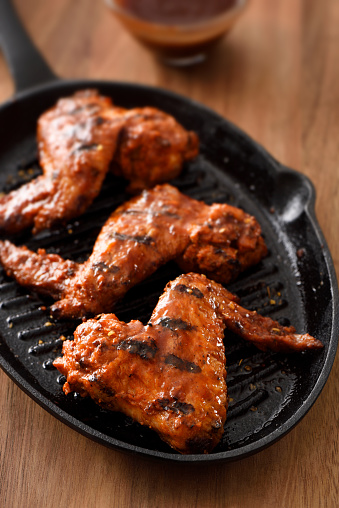 Griddle「Barbecue grilled chicken wings in a griddle」:スマホ壁紙(4)