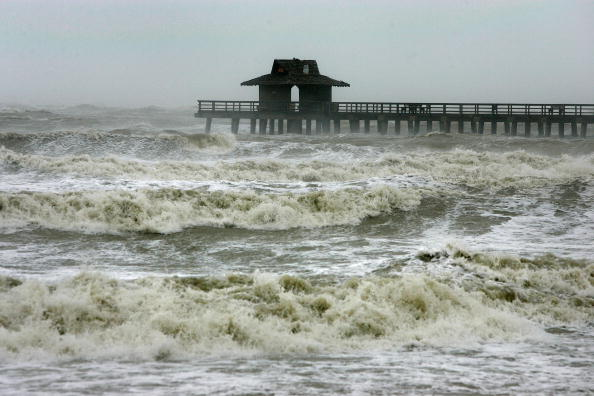 Naples - Florida「Hurricane Wilma Makes Landfall In Florida」:写真・画像(12)[壁紙.com]
