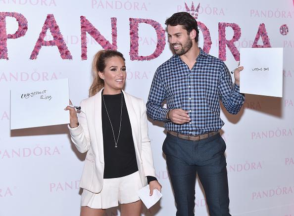 女性歌手「Eric And Jessie James Decker Celebrate The New PANDORA Jewelry Valentine's Day Collection Launch」:写真・画像(2)[壁紙.com]