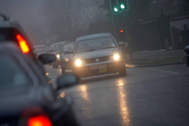 Traffic on road with bad visibility, rain and fog, United Kingdom:ニュース(壁紙.com)