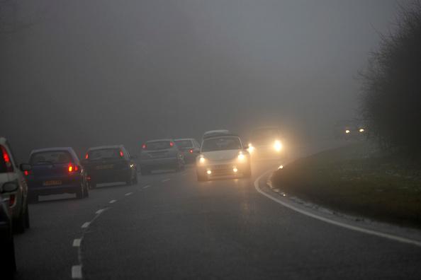 Fog「Traffic on road with bad visibility, rain and fog, United Kingdom」:写真・画像(9)[壁紙.com]