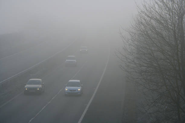 Traffic on motorway during winter with dangerous thick fog:ニュース(壁紙.com)