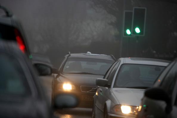 Green Light「Traffic on motorway with bad visibility, rain and fog, United Kingdom」:写真・画像(3)[壁紙.com]