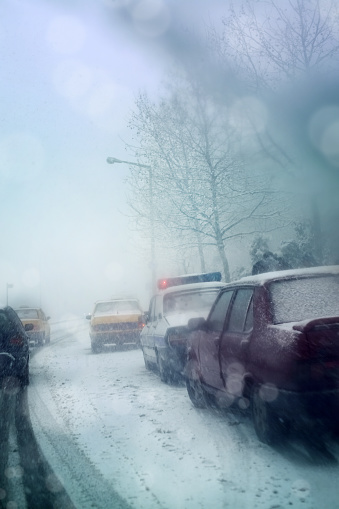 雪の吹きだまり「Traffic on snow covered frozen city road during snow storm」:スマホ壁紙(10)