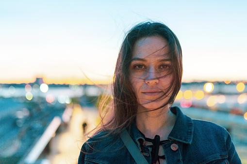 ファッションモデル「ニューヨーク マンハッタンの高線の上の女性」:スマホ壁紙(7)