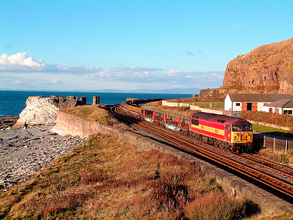 Approaching「The steelworks at Workington is a principal supplier of rails to the railway industry with regular trains operating along the Cumbrian Coast such as this Class 56 locomotive seen approaching Whitehaven with a Workington - Castleton rail track service. Oc」:写真・画像(3)[壁紙.com]