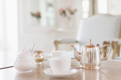 ティーカップ「Teacups and silver teapot on table」:スマホ壁紙(14)