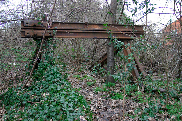 Overgrown「Overgrown buffer stops mark the end of the line for the disused Luton to Dunstable branch line at Dunstable. January 2004.」:写真・画像(5)[壁紙.com]