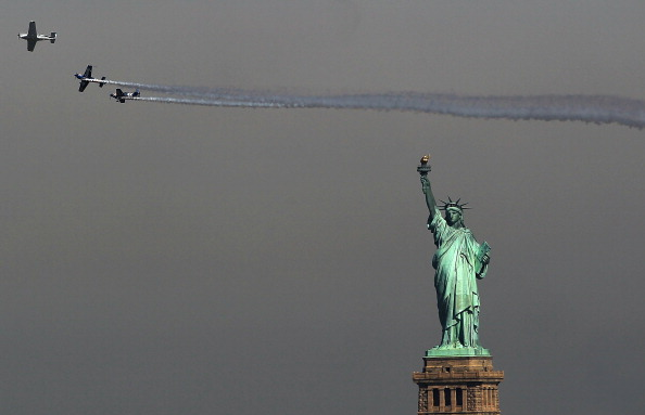 Horizontal「Annual Fleet Week Starts With Parade Of Ships Coming Into New York Harbor」:写真・画像(13)[壁紙.com]