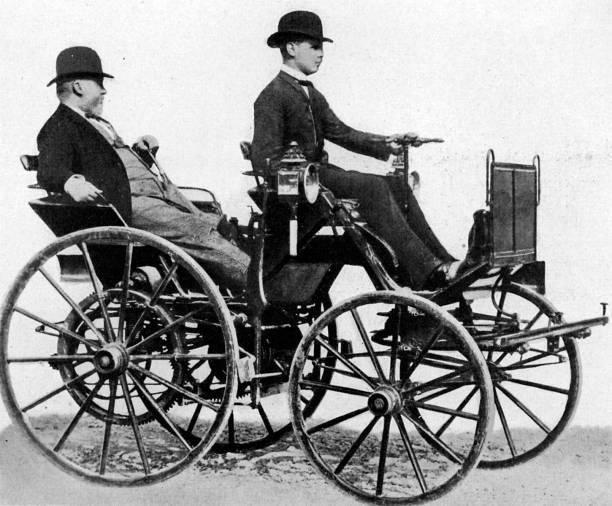 Gottlieb Daimler in his petrol-fuelled car, 1886:ニュース(壁紙.com)