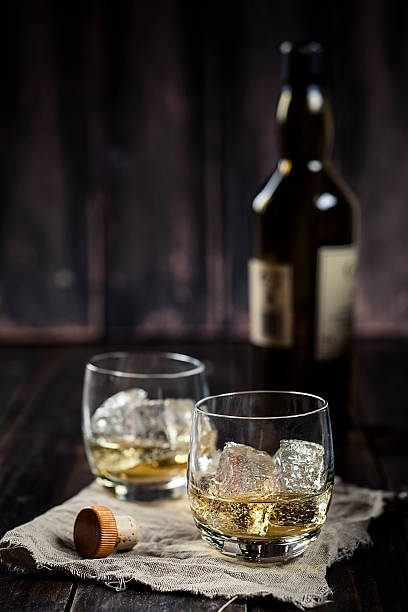Two tumblers with whisky and ice:スマホ壁紙(壁紙.com)
