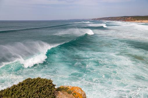 波「Surf at Praia da Bordeira in the Algarve」:スマホ壁紙(16)