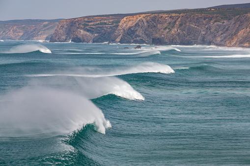 波「Surf at Praia da Bordeira in the Algarve」:スマホ壁紙(14)
