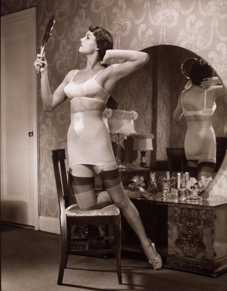 女性「Woman In Stockings Styling Her Hair」:写真・画像(5)[壁紙.com]