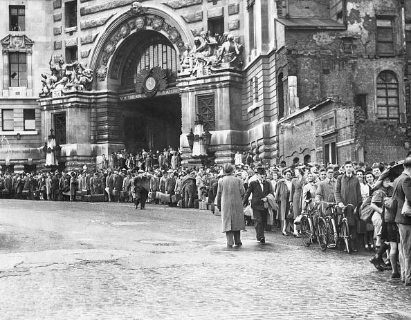 胸を打つ「Queuing At Waterloo」:写真・画像(18)[壁紙.com]