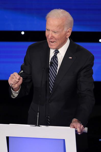 Scott Olson「Democratic Presidential Candidates Participate In Presidential Primary Debate In Des Moines, Iowa」:写真・画像(18)[壁紙.com]