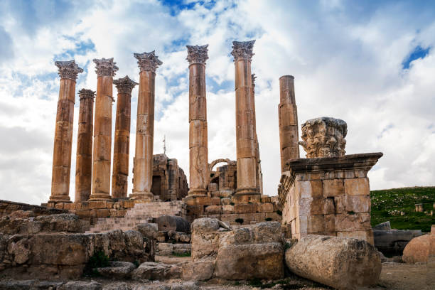 Corinthian columns at the Artemis temple, Jerash, Jordan:スマホ壁紙(壁紙.com)