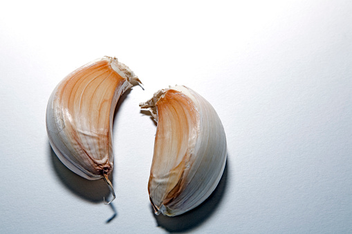 Garlic Clove「Close-up Garlic Cloves on White」:スマホ壁紙(17)