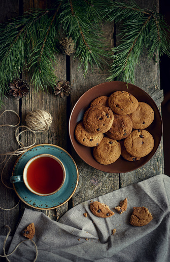 Cookie「Cookies and tea on wooden table with pine cones」:スマホ壁紙(12)