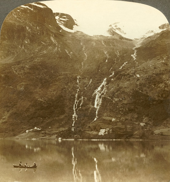Rowing「Farmhouses Of Yri Nestled At The Mountains Base - Yri Falls On The Glacier」:写真・画像(5)[壁紙.com]