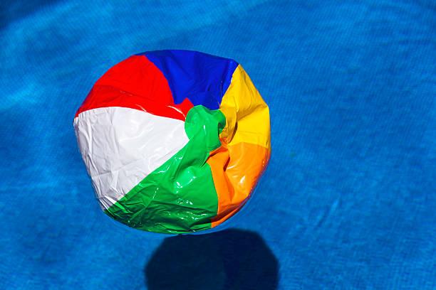 Austria, linz, Broken beach ball floating in swimming pool:スマホ壁紙(壁紙.com)