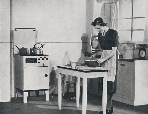 Stove「A British Kitchen Equipped With A Cabinet Gas Cooker」:写真・画像(18)[壁紙.com]
