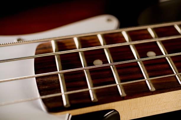Strings on a bass guitar:スマホ壁紙(壁紙.com)