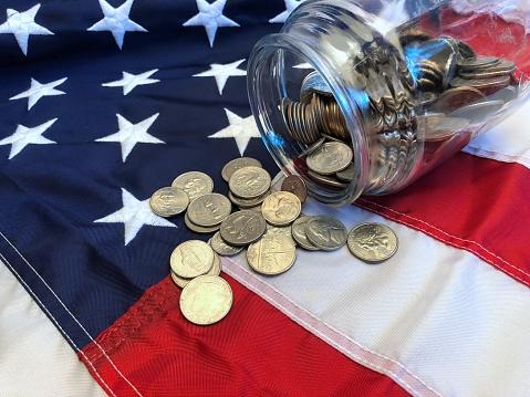 米国硬貨「American quarters, nickels and dimes spilling from a jar onto an American  flag」:スマホ壁紙(8)