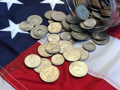 米国硬貨「American quarters, nickels and dimes spilling from a jar onto an American  flag」:スマホ壁紙(7)