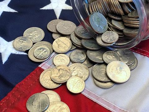 米国硬貨「American quarters, nickels and dimes spilling from a jar onto an American  flag」:スマホ壁紙(6)