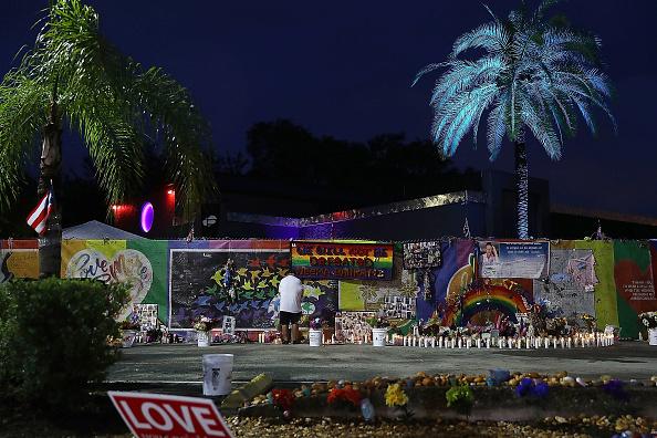 フロリダ州オーランド「Mourners Marks 1st Anniversary Of Orlando Pulse Nightclub Mass Shooting」:写真・画像(5)[壁紙.com]