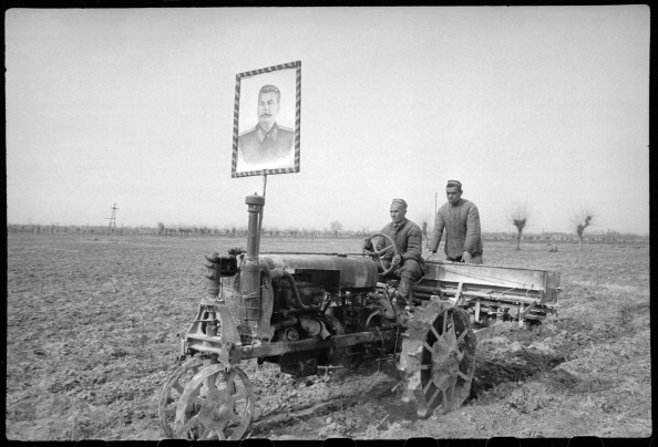 Agriculture「Tractor Operators In A Field」:写真・画像(19)[壁紙.com]
