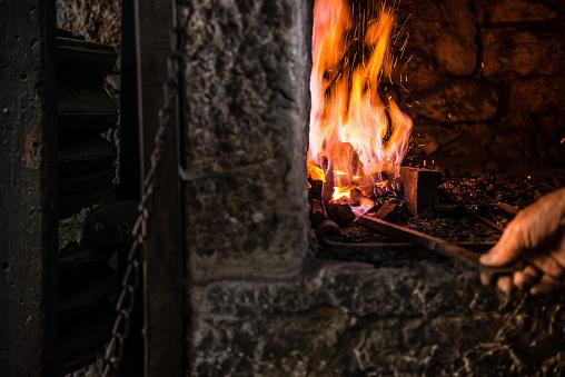 キラキラ「鍛冶屋の炉に火を燃焼」:スマホ壁紙(8)