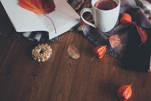 かえでの葉「お茶のカップと秋の組成。フラットリー、トップビュー」:スマホ壁紙(1)