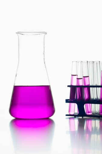 Rack「Test tubes with pink solution and volumetric flask on white background, close up」:スマホ壁紙(13)