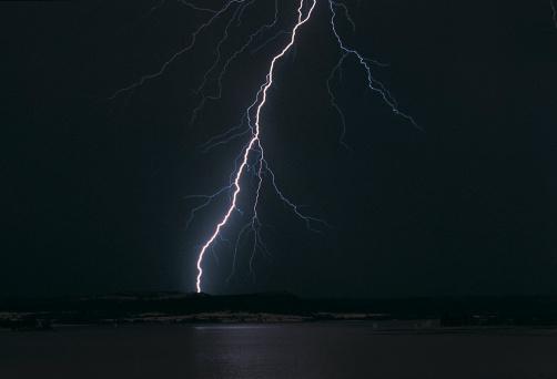 Thunderstorm「Bolt of lightning in a midnight sky, South Africa」:スマホ壁紙(18)