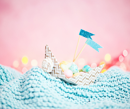 Paper Craft「Handmade origami boat filled with tiny Easter eggs」:スマホ壁紙(16)