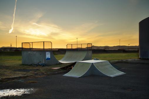 Skating「Two skateboarding ramps at dusk」:スマホ壁紙(18)
