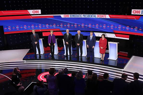 Scott Olson「Democratic Presidential Candidates Participate In Presidential Primary Debate In Des Moines, Iowa」:写真・画像(15)[壁紙.com]
