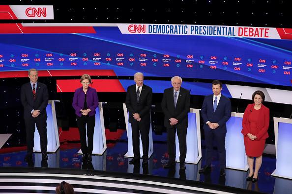 Scott Olson「Democratic Presidential Candidates Participate In Presidential Primary Debate In Des Moines, Iowa」:写真・画像(14)[壁紙.com]