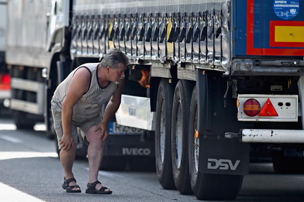 Calais「Calais Migrants Continue To Board Vehicles At The Channel Tunnel」:写真・画像(14)[壁紙.com]